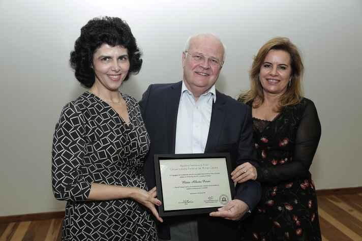 Mário Perini ladeado pela vice-diretora da Fale, Sueli Coelho, e pela reitora, Sandra Goulart